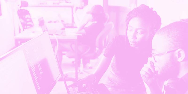 Menschen, die gerade am Computer arbeiten.